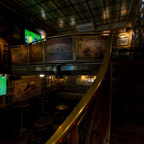 Escaleras Pub Obama Barcelona